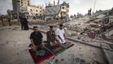 Ketika umat muslim di seluruh dunia merayakan 1 Syawal 144 H dengan khusyuk, Palestina diberondong serangan udara di hari Idulfitri.