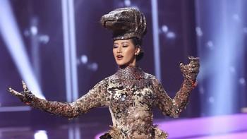 Aksi Ayu Maulida dengan Kostum Komodo di Miss Universe 2020