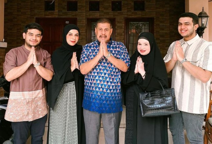 Biasa jahil, Fadil Jaidi tampak kalem begitu foto bersama keluarga di hari raya Lebaran / foto: instagram.com/fadiljaidi