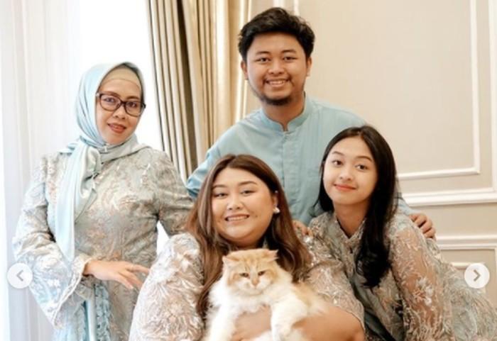 Enggak mau kalah sama Fadil Jaidi sabahatnya, keluarga Clarissa Putri juga tampil super ceria di hari raya Lebaran/ foto: instagram.com/clarissaputri_