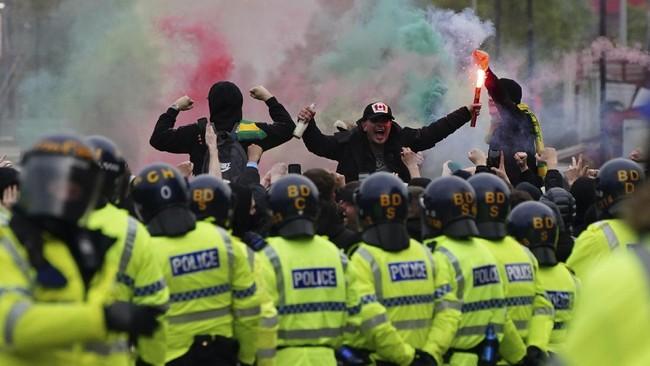 Ratusan suporter Manchester United melakukan demonstrasi di luar Stadion Old Trafford jelang laga melawan Liverpool di Liga Inggris.