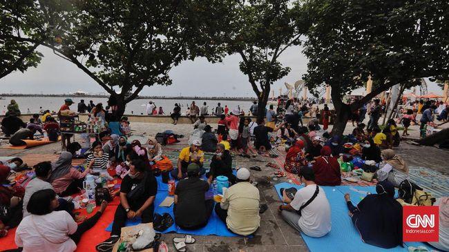Pakar menilai kerumunan di tempat wisata saat libur lebaran menandakan pemerintah lebih fokus isu ekonomi ketimbang kesehatan publik.