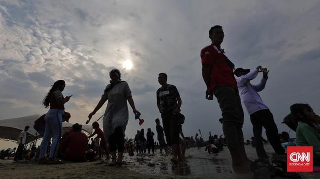 Warga DKI Jakarta mulai mendatangi tempat-tempat wisata di hari kedua lebaran, di antaranya Ragunan dan Ancol.