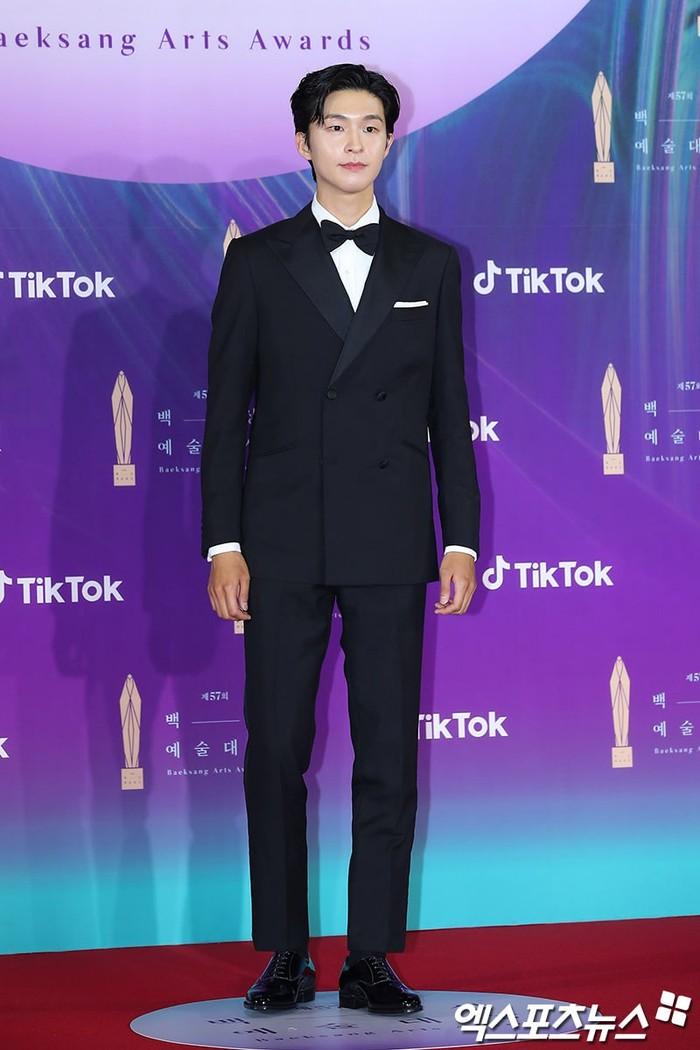 Hong Kyung, aktor pendatang baru yang langsung menyabet pengahrgaan aktor baru terbaik dalam kategori film ini masih terlihat gugup ketika berdiri di Red Carpet, namun ini tidak menyembunyikan ketampanannya (foto: soompi.com)