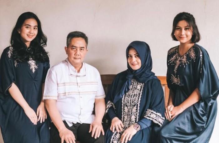 Keluarga Awkarin memang pantas dapat predikat sebagai keluarga good looking! Hayo, siapa yang enggak terpesona sama potret keluarga yang satu ini? / foto: instagram.com/awkarin