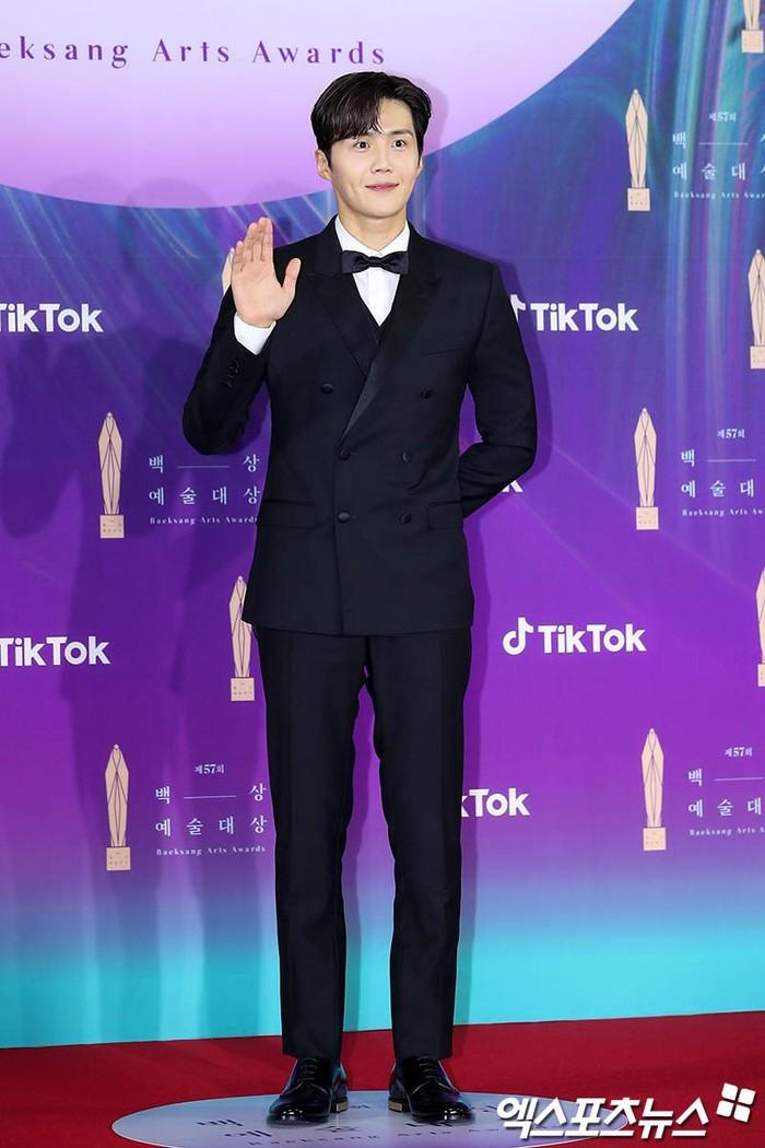 Kim Seon Ho sepertinya sedang naik daun akhir-akhir ini, pasalnya ia berhasil memenangkan penghargaan khusus yakni TikTok Popularity Award (foto: soompi.com)