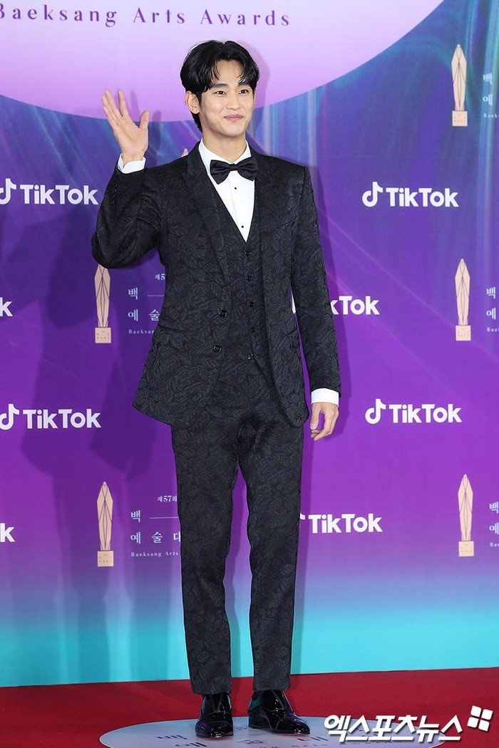 Kim Soo Hyun nampak hadir dengan senyum sumringah dibalut setaln jas formal dan tuxedo serta tuxedo didalamnya (foto: soompi.com)