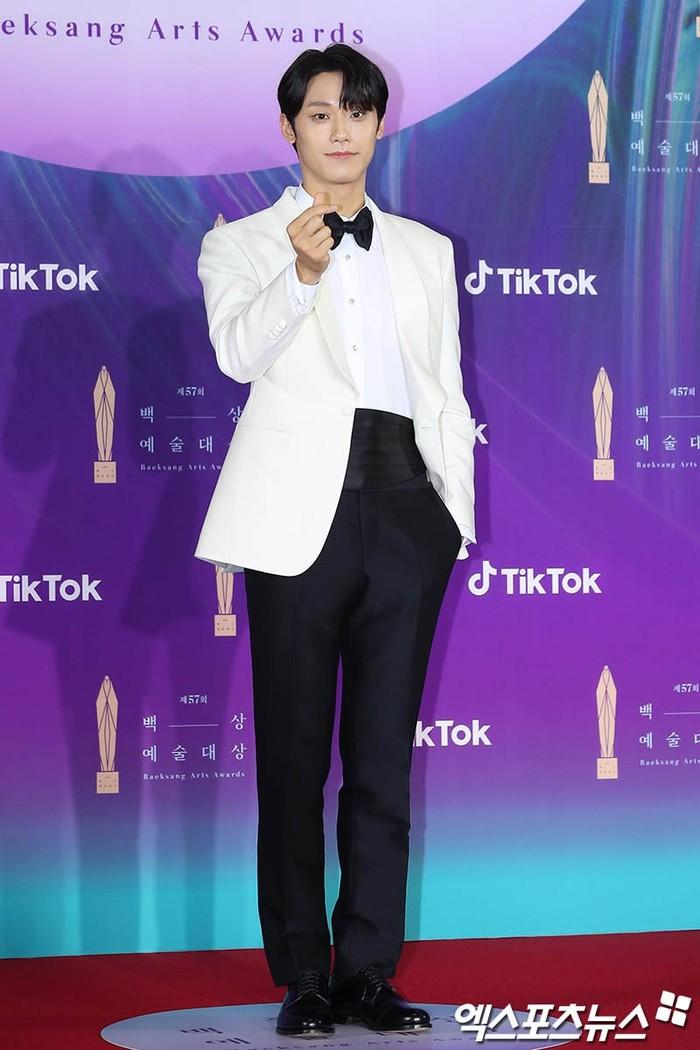 Lee Do Hyun terlihat menggunakan atasan jas putih seperti Song Joong Ki, dalam penghargaan kali ini ia menerima penghargaan sebagai aktor pendatang baru terbaik (foto: soompi.com)