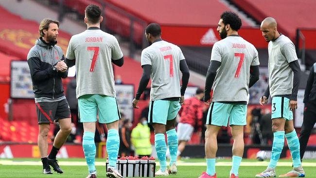 Liverpool menggunakan kaus 'Jordan 7' sebelum mengalahkan Man Utd. Kaus itu untuk menghormati Jordan Banks, bocah 9 tahun yang meninggal tersambar petir.