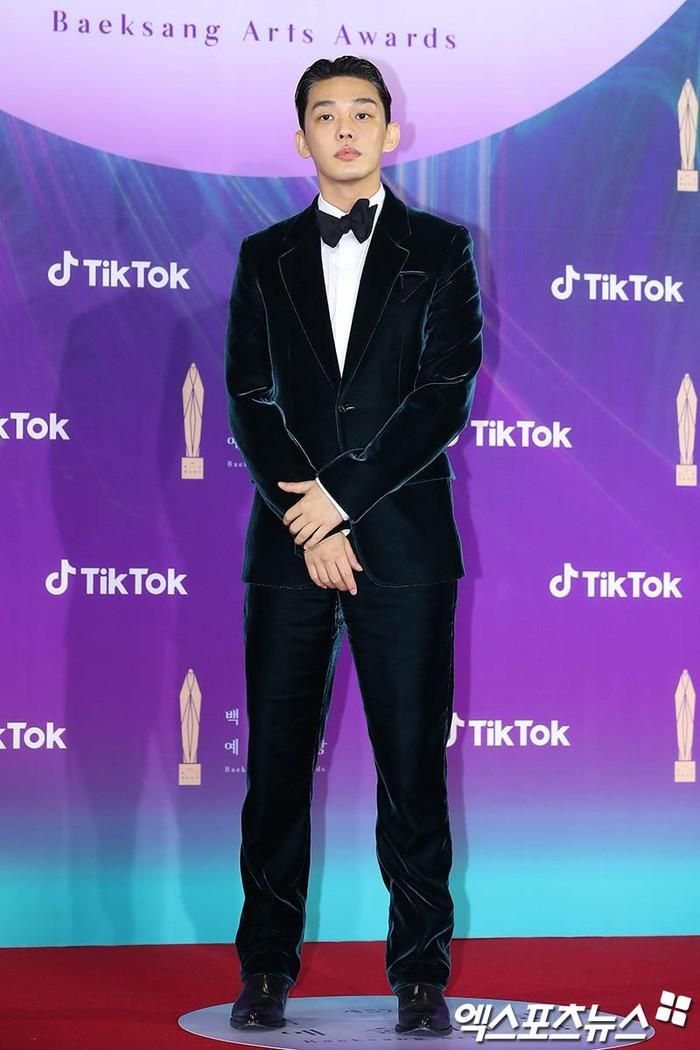 Pemenang aktor pemeran utama terbaik, Yoo Ah In tampak berbeda dengan para aktor yang lain, ia hadir menggunakan jas berbahan suede dimana itu membuatnya tampak elegan (foto: soompi.com)