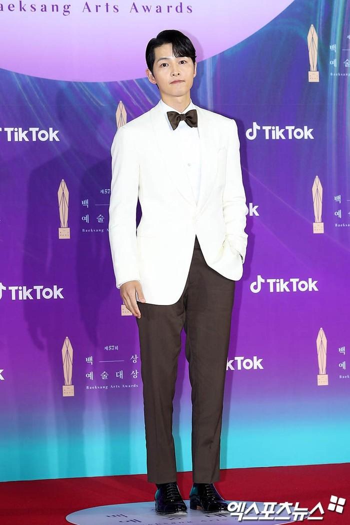 Pemerean Vincenzo Cassano, Song Joong Ki tampak tampan dengan setelan jas putih dengan celana hitam serta dasi kupu-kupu sebagai pelengkap (foto: soompi.com)