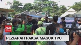 VIDEO: Peziarah Paksa Masuk TPU