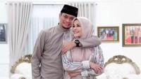 <p>Potret terbaru keduanya saat Idul Fitri kemarin. Romantis dan mesra banget ya, Bunda? (Foto: Instagram @priskaparamita)</p>