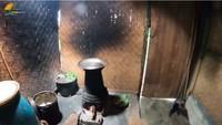 <p>Bagian dapur, mereka masih menggunakan dandang dan tungku. Sedangkan dindingnya pun dari anyaman bambuyang sudah mengitam dengan asap tungku. Benar-benar alami bukan, Bunda?(Foto: YouTube Petualangan Alam Desaku)</p>