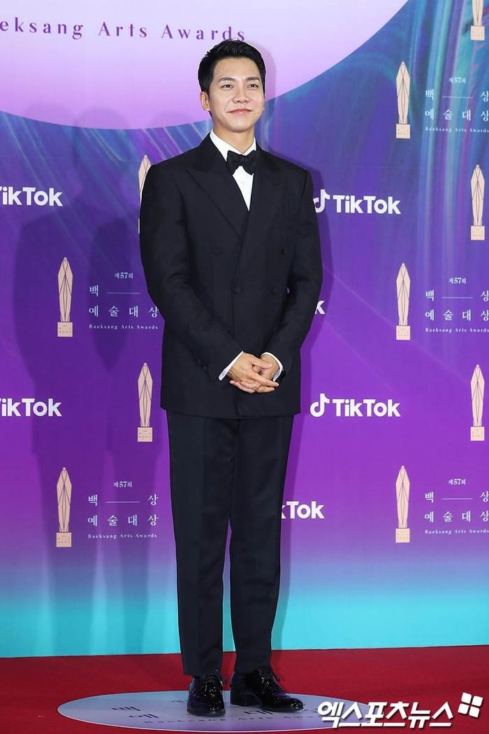 Senyuman manis Lee Seung Gi berhasil membuat semua orang terpana bukan? Ia berhasil menyabet penghargaan sebagai AKtor terbaik dalam Variety Show di ajang ini (foto: soompi.com)