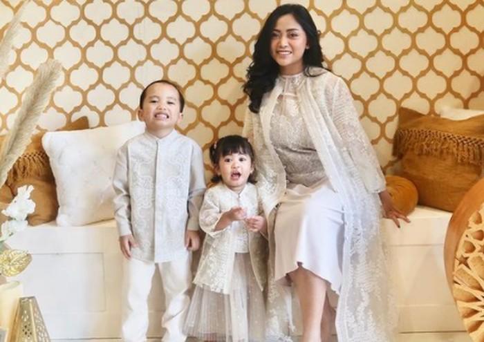 Sepasang putra dan putri Rachel Vennya, Biru dan Chava, memang selalu ngegemesin, ya. Enggak heran kalau mereka jadi keponakan online kesayangan para netizen / foto: instagram.com/rachelvennya