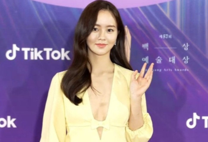 Si mantan aktris cilik, Kim So Hyun, sukses buat penonton pangling dengan penampilannya yang jauh lebih dewasa / foto: tiktok.com/baeksang.official