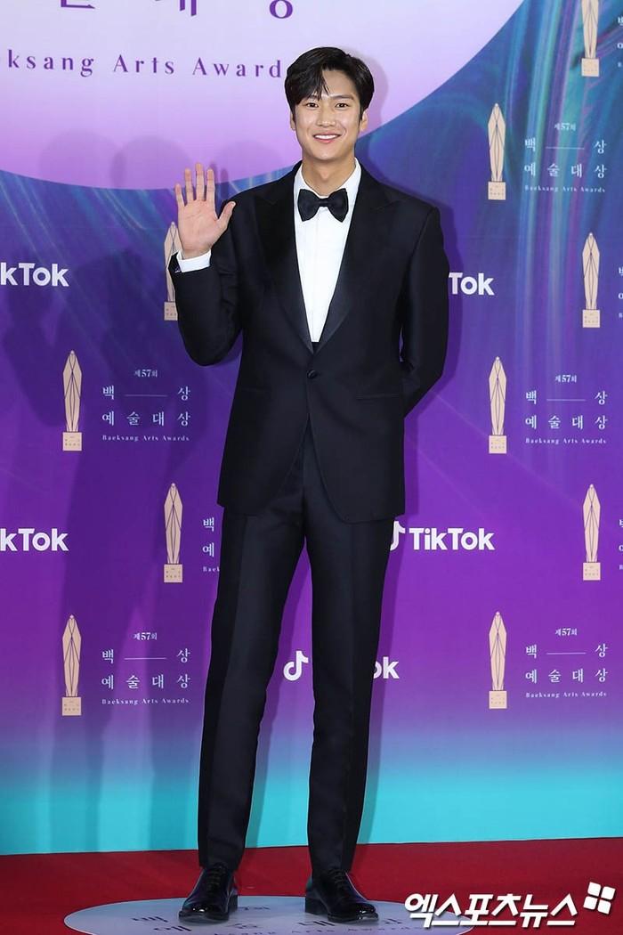 Siapa yang tidak kenal dengan aktor Na In Woo, aktor yang menggantikan Ji Soo di drama River Where the Moon Rises ini tampak tampan dengan setelan jas dan tubuhnya yang nampak tinggi jenjang (foto: soompi.com)
