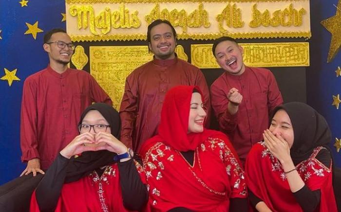 Tim enggak mudik lebaran, Tasyi Athasia dan suami seru-seruan bareng tim youtube mereka dengan makan malam bersama / foto: instagram.com/tasyiiathasyia