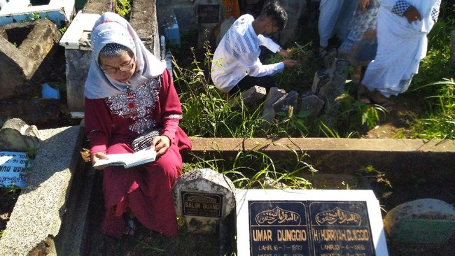 Selain mudik dan halal bihalal, tradisi ziarah kubur merupakan salah satu kebiasaan yang dilakukan saat Lebaran.