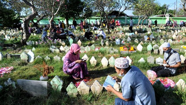 Sekitar 100 peziarah memaksa masuk area makam PTPU Tegal Alur Jakarta Barat. Aksi saling dorong terjadi, memaksa petugas membolehkan peziarah masuk.