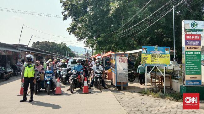 Akibat kemacetan menuju Pantai Anyer, arus lalu lintas di ruas tol Tangerang-Merak (Tamer) dialihkan ke Gerbang Tol Merak.