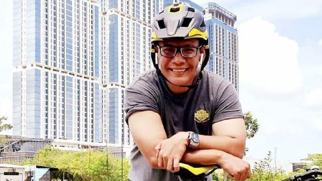 Pegiat media sosial Birgaldo Sinaga meninggal dunia usai terpapar Covid-19. Ia sempat mengunggah foto dengan tangan diinfus.