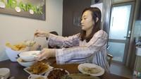 <p>Pasangan Indonesia-Korea Selatan, Mama Gina dan Appa Jay, juga merayakan Lebaran di Korea Selatan bersama ketiga anaknya lho, Bunda. (Foto: YouTube Kimbab Family)</p>