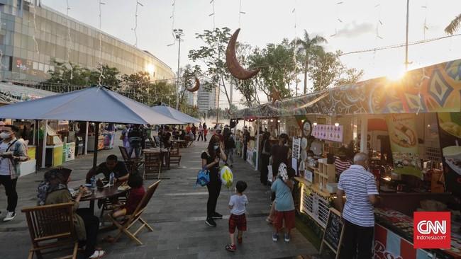 Pusat perbelanjaan di Jakarta dipadati warga yang tak bisa mudik imbas larangan di masa libur Lebaran.