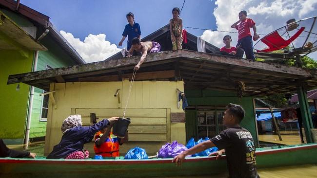 Luapan dua sungai membuat ratusan rumah di Tanah Bumbu Kalimantan Selatan diterjang banjir sejak Kamis lalu.