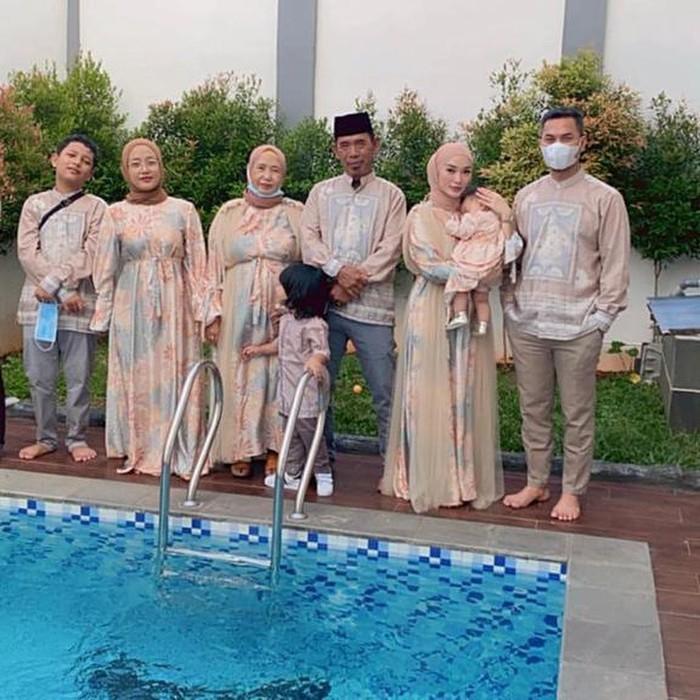 Zaskia Gotik selalu berseragam setiap tahunnya ketika merayakan Idul Fitri. Kali ini Zaskia menggunakan dress bermotif dengan warna pastel yang cantik. Sedangkan sang suami menggunakan baju koko dengan warna senada. (Foto: Instagram.com/Zaskia_ghotix)