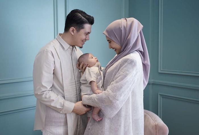 Zaskia Sungkar dan Irwansyah tampak mewah dan elegan dengan busana simplenya. Lebaran bertiga untuk pertama kalinya dengan Baby Ukkasya, kebahagiaan kedua pasangan ini sangat terpancar. (Foto: Instagram.com/Irwansyah)