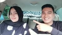 <p>Meski terpaut usia 16 tahun, Salsabilih merasa nyaman berada dekat dengan Aldi Taher. Mantan suami Dewi Perssik itu semakin mantap mempersunting sang hijaber. (Foto: YouTube alditaher tv)</p>