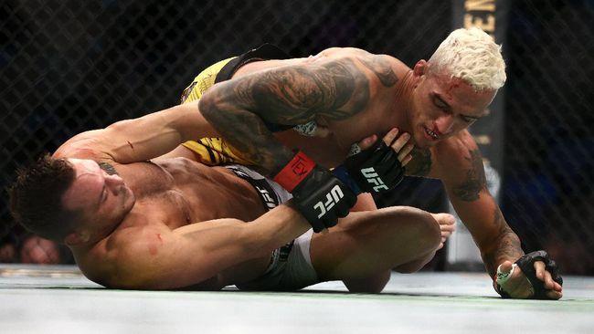 Berikut kronologi kemenangan Charles Oliveira atas Michael Chandler di UFC 262 yang membuatnya jadi juara kelas ringan UFC.