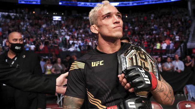 Charles Oliveira muncul sebagai raja baru di kelas ringan usai menang TKO atas Michael Chandler di UFC 262, Minggu (16/5).