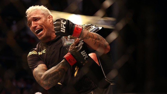 Charles Oliveira menjadi juara baru di kelas ringan UFC setelah menang TKO atas Michael Chandler. Simak foto pilihan di laga tersebut di sini.