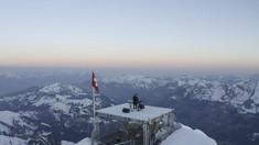 FOTO: DJ Asal Prancis Goyang Puncak Gunung Swiss