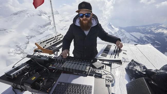DJ Teho asal Prancis mengakhiri masa hiatus selama pandemi dengan menggelar pertunjukan musik di salah satu puncak pegunungan Alpen, Swiss.