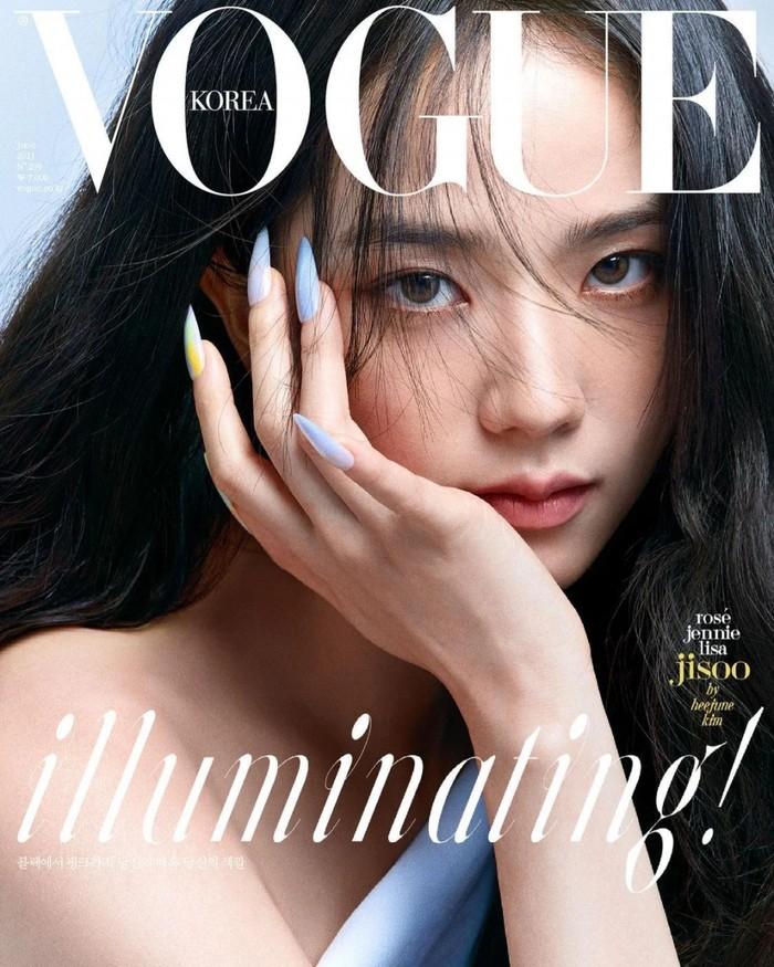 Jisoo selalu terlihat tampil sesederhana mungkin, tapi tidak mengurangi kecantikan dirinya, seperti dalam pemotretan yang hanya menunjukkan wajah cantiknya (foto: instagram.com/@voguekorea)