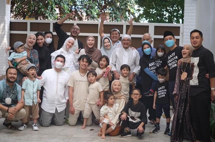 Penampilan Zaskia Adya Mecca dan keluarga yang unik tersebut bahkan menginspirasi artis lain. Banyak yang memuji kesederhanaan dan ide busana lebaran ala Zaskia. Bagaimana menurutmu, Ladies? (Foto: Instagram.com/zaskiadyamecca)