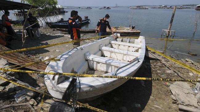 Perahu wisata yang mengangkut 20 penumpang tenggelam di Waduk Kedung Ombo, Boyolali, Jawa Tengah Sabtu (15/5) kemarin. Berikut gambaran pencarian korbannya.