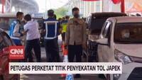 VIDEO: Petugas Perketat Titik Penyekatan Tol Japek