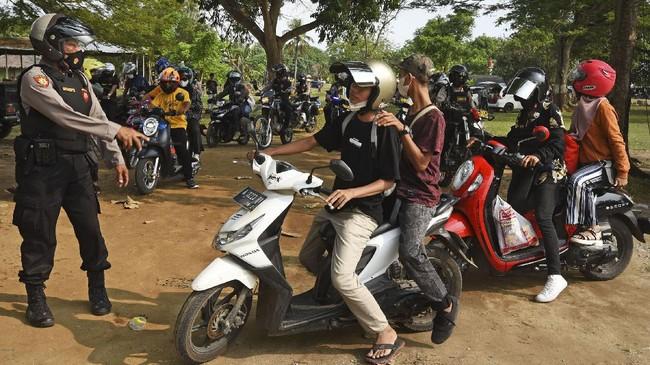 Seluruh tempat wisata di Banten ditutup sejak 15 sampai 30 Mei 2021. Penutupan untuk mencegah kerumunan seperti terjadi di Anyer, beberapa hari terakhir.