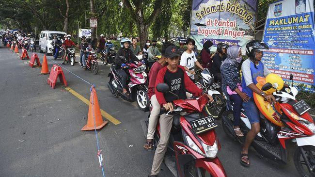 Polisi lakukan patroli dan membuat pos penyekatan terkait dengan instruksi Gubernur Banten untuk menutup lokasi wisata Pantai Anyer dan Carita.