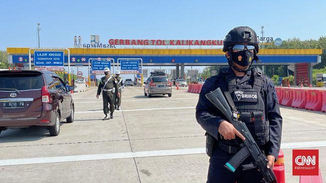 Pemeriksaan dilakukan pada jarak 100 meter sebelum masuk Gerbang Tol Kalikangkung Semarang, setiap mobil diperiksa surat bebas Covid-19.