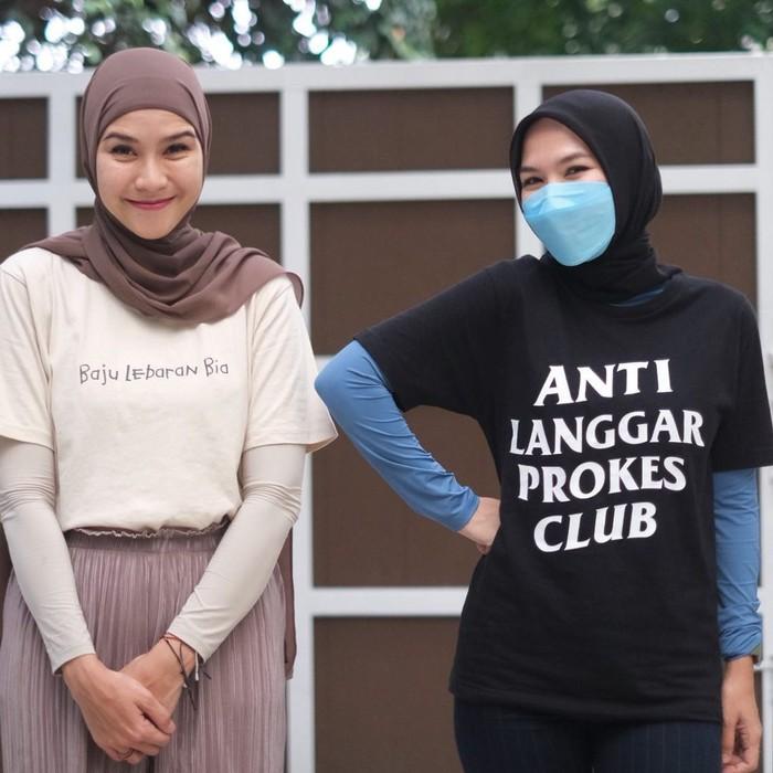 "T-shirt yang mereka kenakan juga terbilang unik karena tertulis nama panggilan masing-masing. T-shirt yang dipakai Zaskia, bertuliskan, ""Baju Lebaran Bia."" Sedangkan untuk sang suami, bertuliskan ""Baju Lebaran Abi."" (Foto: Instagram.com/zaskiadyamecca)"