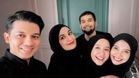 <p>Momen Idul Fitri mereka semakin meriah ketika bertemu dengan pasangan Shireen Sungkar dan Teuku Wisnu. Mereka juga kedatangan sang sahabat, aktris cantik Laudya Cynthia Bella. (Foto: Instagram: @irwansyah_15)</p>
