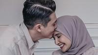 <p>Kebahagiaan tak dapat dipendam oleh Zaskia dan Irwansyah. Tengok saja potret mereka yang semakin mesra di hari Lebaran dengan adanya Ukkasya. (Foto: Instagram: @zaskiasungkar15)</p>