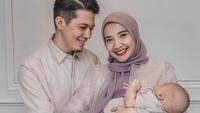 <p>Zaskia Sungkar dan Irwansyah melewati Idul Fitri dengan penuh sukacita. Tak lagi berdua, mereka kini merayakan lebaran bersama buah hati tercinta. (Foto: Instagram: @zaskiasungkar15)</p>