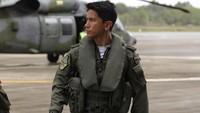 <p>Pangeran Abdul Mateen memenuhi syarat sebagai pilot helikopter di Sekolah Terbang Helikopter Pertahanan di RAF Shawbury. Ayahnya sendiri yang melantik dan menyematkan lencana di seragam Abdul Mateen. (Foto: Instagram: @tmski)</p>
